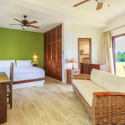Clean and New, Upscale Studio at a Tropical Oasis. Close to Beach and Town!