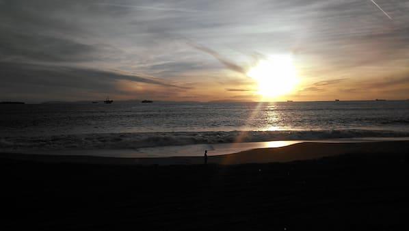 靠近海滩、沙滩椅、沙滩毛巾