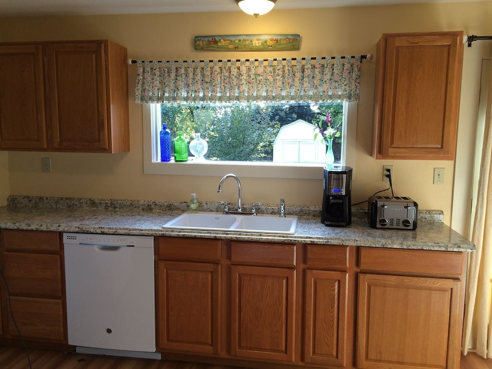 Private Kitchen, Quaint Farm House On A Private One Acre Lot