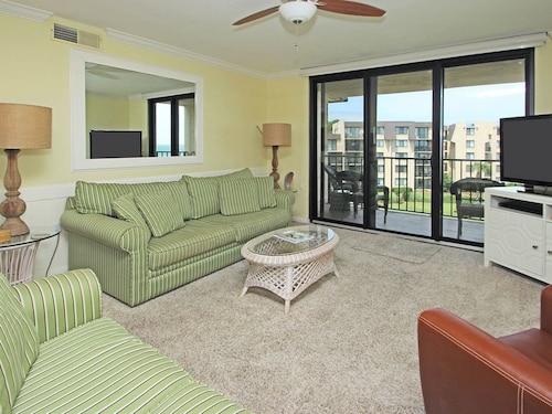 Lovely Condo w/ Ocean View, Shared Pools, hot tub & Nearby Beach Access!