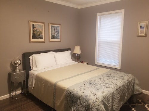 Park Edge Guest Suite Sleeps 6, 5 Minute Walk to Falls and Attractions