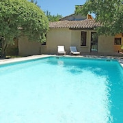 Menerbes Holiday Home, Sleeps 6 With Pool and Free Wifi