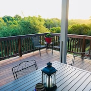 Beautiful Hill Country Views From Back Porch! Quick Trip to Downtown