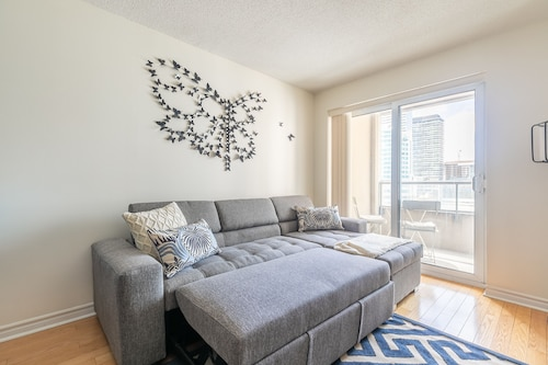 Simply Comfort, Stylish Downtown Apartment