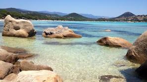 Ubicación cercana a la playa y toallas de playa