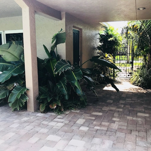 Tropical Paradise Close to the Beach! 2/1 Newly Remodeled