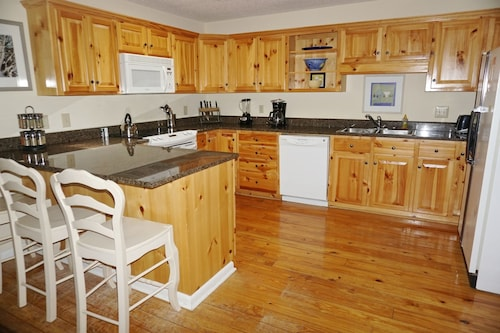Favorite Cottage- Community Pool, Renovated Kitchen and Bathrooms, Sunroom