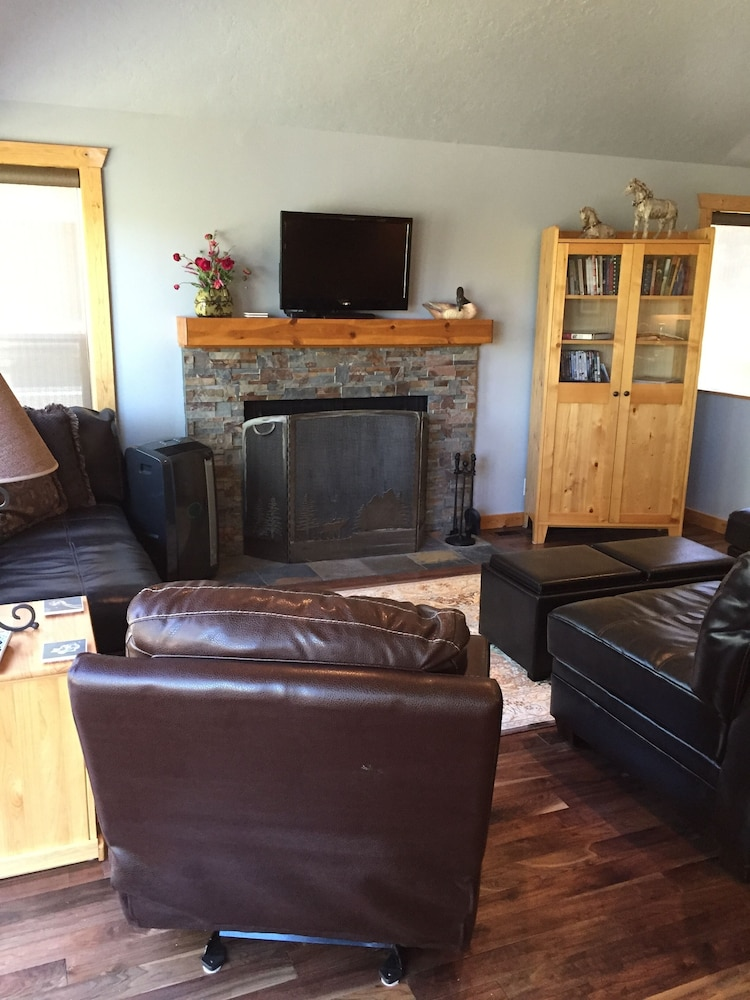 Living Room, 4BR Riverfront Villa, Quiet and Upscale!