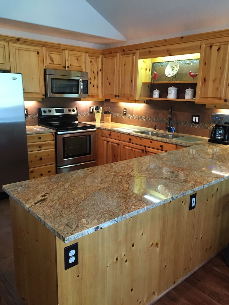 Private Kitchen, 4BR Riverfront Villa, Quiet and Upscale!