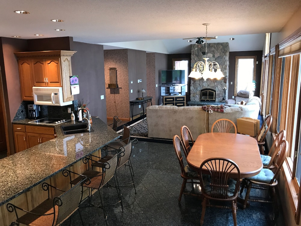 Private Kitchen, Private 3 Acre Oasis 5bd, 2.5ba, 22 Acres, 700 Ft. Of Lake Shore