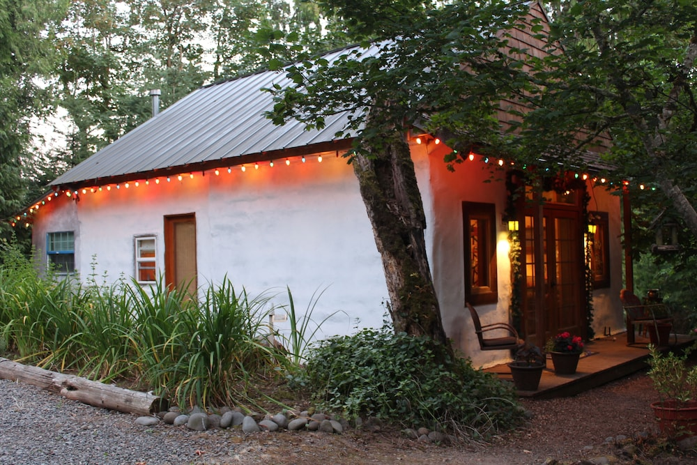 Featured Image, Charming Cozy Cottage Secluded in Private Woods in Great Close in Location
