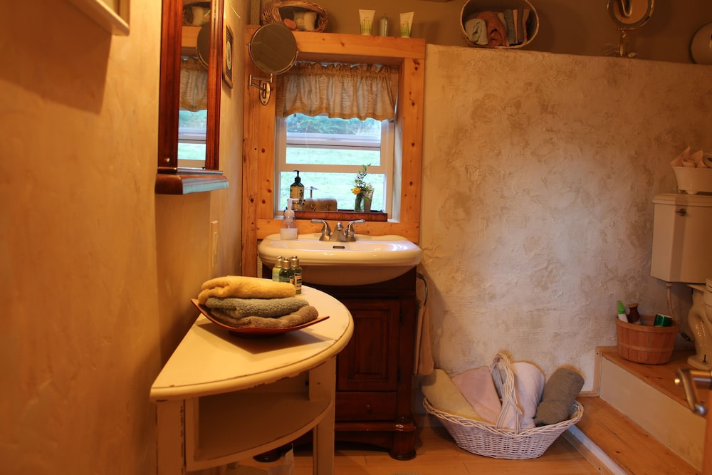Bathroom, Charming Cozy Cottage Secluded in Private Woods in Great Close in Location