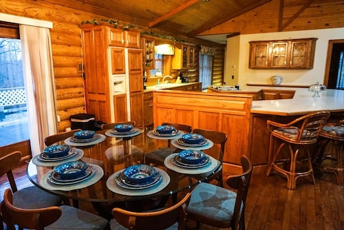 Log Cabin .5miles From Ky Lake, King Bed, Hot Tub, Pool Table, 1500sqft Venue!