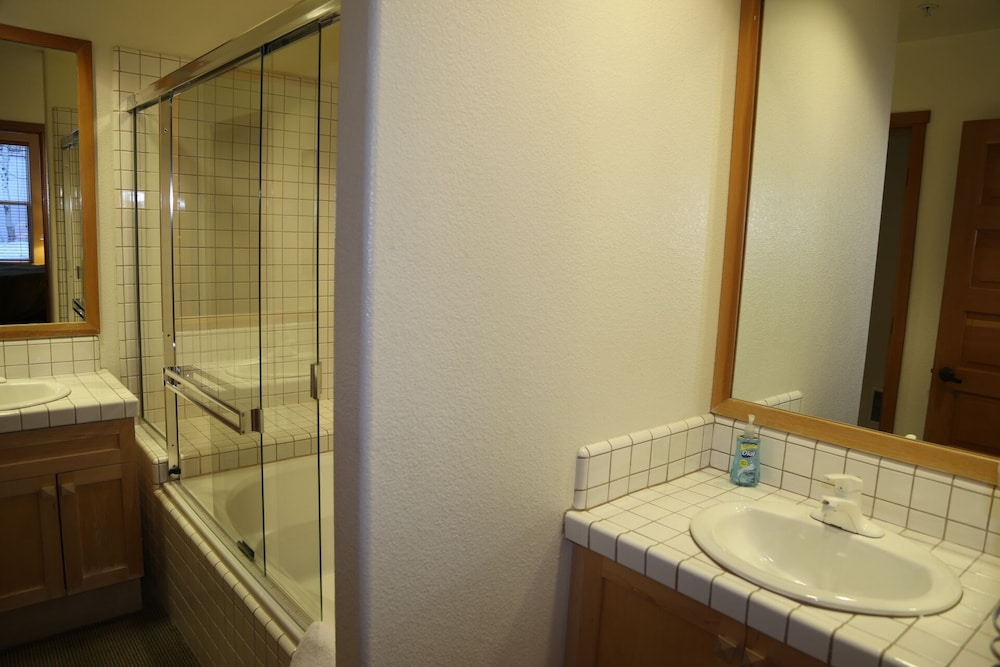 Bathroom, Squaw Valley Lodge 2 Bed, Resort, Village, ski in & out