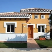 Luxurious 2 bed 2 Bath Villa With Private Pool, Large Garden and Golf- nr to sea
