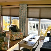 Bright, Sunny, Beautifully Decorated One-bedroom Condo Overlooking the Pool