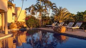 Una piscina al aire libre (de 9:00 a 21:00), sombrillas