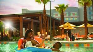 2 buitenzwembaden, parasols bij het zwembad en ligstoelen