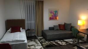 1 Schlafzimmer, individuell eingerichtet, laptopgeeigneter Arbeitsplatz