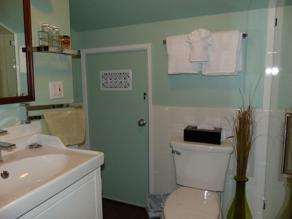 Bathroom, CLAIR'S BOUTIQUE HOTEL - LADNER