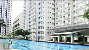 6 outdoor pools, open 7:00 AM to 9:00 PM, lifeguards on site
