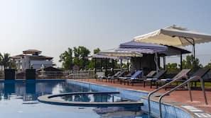 室外游泳池,07:30 至 18:00 开放,池畔遮阳伞