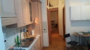 Kjøleskap, mikrobølgeovn, kokeplater og kaffetrakter/tekoker
