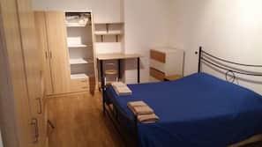 Blendingsgardiner, strykejern/-brett, barnesenger og sengetøy