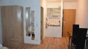 Mini-Kühlschrank, Mikrowelle, Wasserkocher mit Kaffee-/Teezubehör