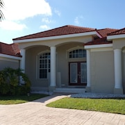 Newly Updated Waterfront Salt Water Pool Home; 1 Block From Fisherman's Village