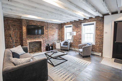 Historic Kingston 1800s Waterfront Townhouse - / Backyard / Bklyn Loft / Modern