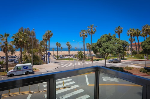 Ocean View With Beautiful Sunsets, Steps to Santa Monica Beach & Pier