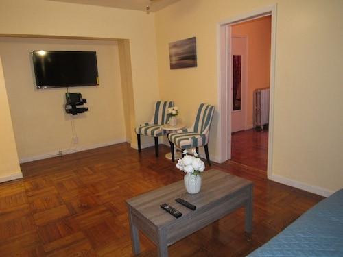 Montauk Guest Suite a Cozy Furnished 1 Bedroom Apartment. Near Airport and More