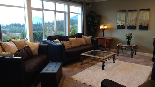The Mountian House- Beautiful 3000 sq ft House Located in the City of Snoqualmie