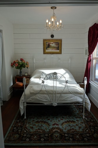 Butterfly Cottage; Tastefully Restored 1895 Home Near River. Wood Stove. Pets ok