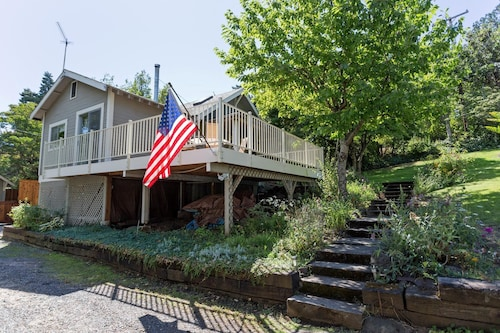 Cozy, Downtown Home, Amazing Deck With a Short Walk to the Heart of Hood River!