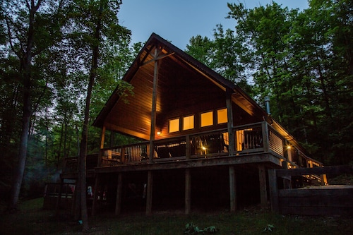Beautiful Luxury Chalet, Hot Tub, Indoor Fireplace, King Master Suite Free Wifi