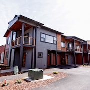 Great Spot, Great Price. Modern Town Home on the HR Heights. Walk to Cafe's, Pubs, Restaurants,etc