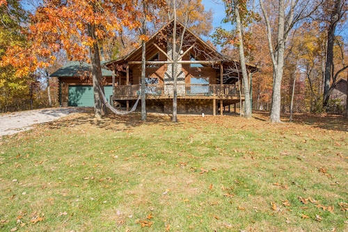Luxurious pet Friendly 3 Bedroom, 3 Bath Cabin With 3 Levels of Living Space!
