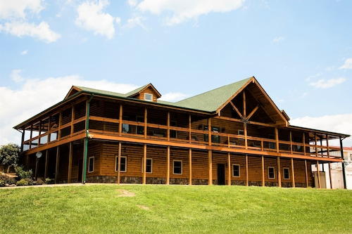 Premiere Lodge Perfect for Family Reunions and Large Groups Includes 30 Guests
