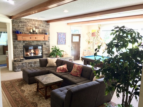 Comfort Close To Portland, Wine Country, Beaches, Rivers, And Mt. Hood