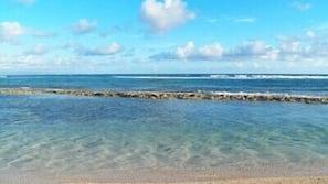 Na praia, espreguiçadeiras, toalhas de praia