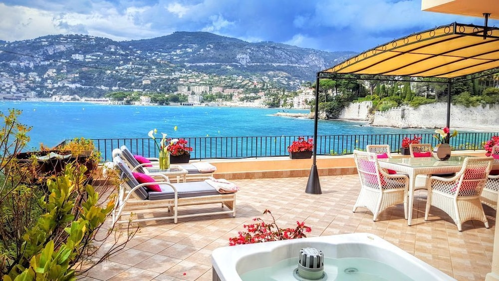 Pool, 1 Bdrm apt + 100m² Private Terrace on the sea Bay of Cap Ferrat