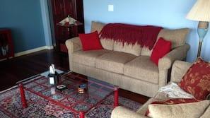 Fernseher, Kamin, DVD-Player, Kinderspielzeug