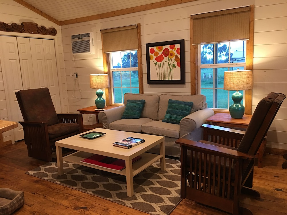 Living Room, Leroy's Farmhouse New! 7 min to Memphis, Pets