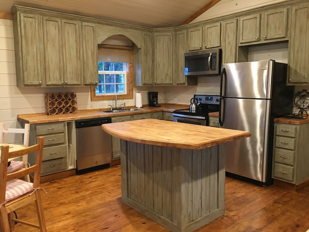 Private Kitchen, Leroy's Farmhouse New! 7 min to Memphis, Pets
