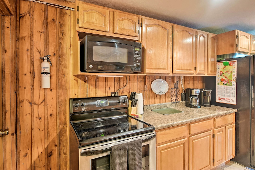 Private Kitchen, Private Pet-friendly Castlewood Cabin W/pond Views