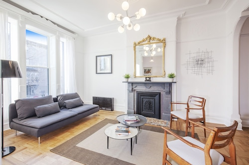 Gorgeous Duplex Luxury Modern Townhouse, 15 min to Manhattan. Private Terrace