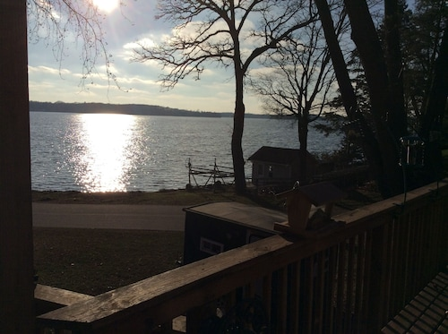 Large one Bedroom With Beautiful View of Lake Independence