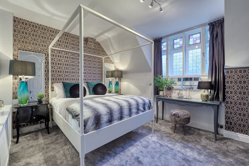 Mulberry House - The Posh Penthouse Deluxe Four Poster